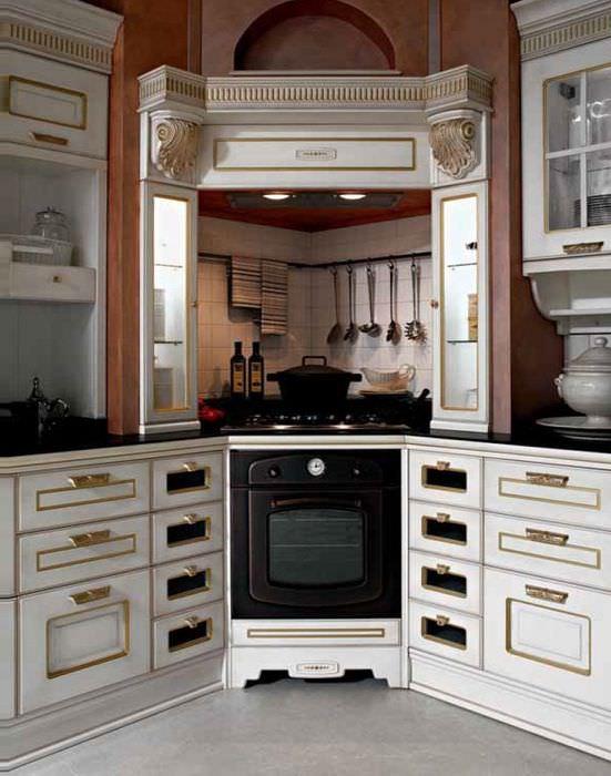 Угловая кухня с вытяжкой-камином