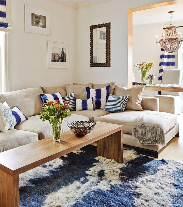 Серый диван угловой формы в небольшой гостиной