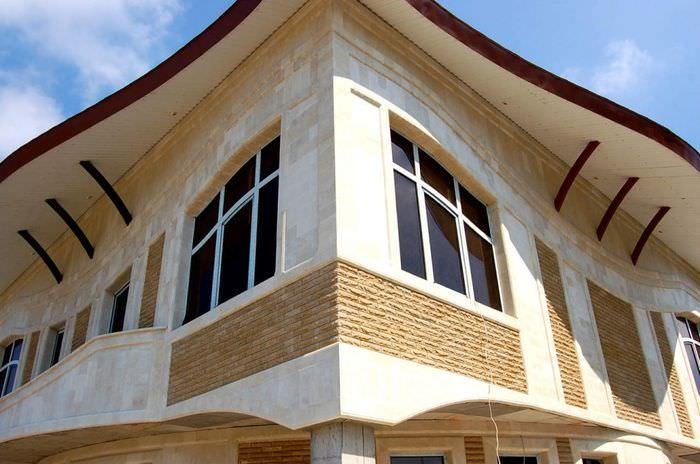 Комбинированная отделка фасада жилого дома