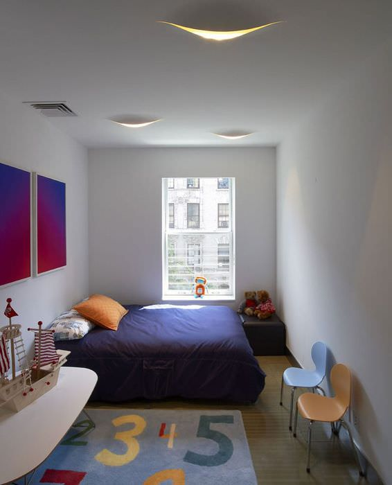 Интерьер детской с окном в конце комнаты