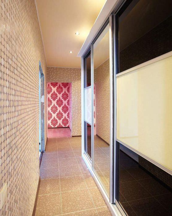 Шкаф с раздвижными дверцами в узком коридоре