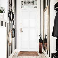 Подставка для зонтов перед входной дверью