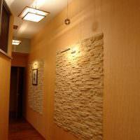 Панно из природного камня на стене коридора