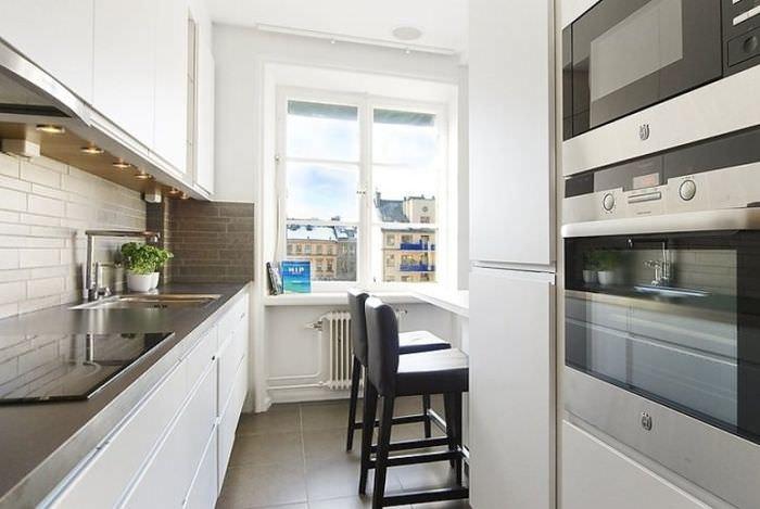 Окно без занавесок в интерьере кухни