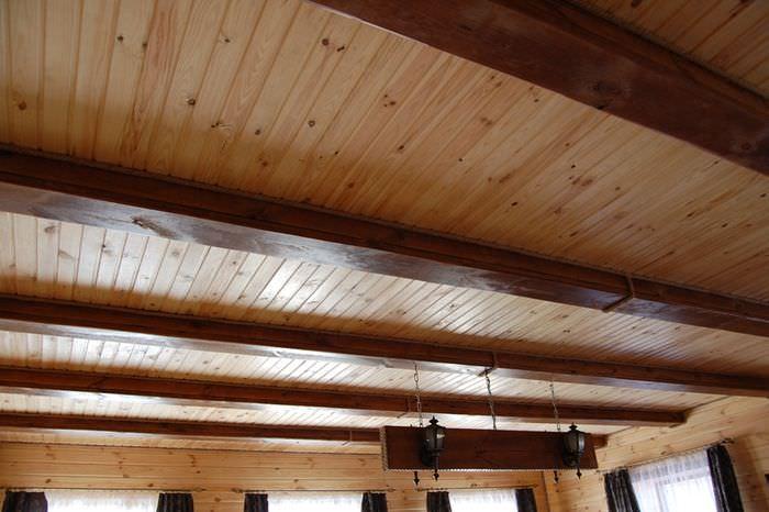 Отделка потолка имитацией бруса из соснового дерева