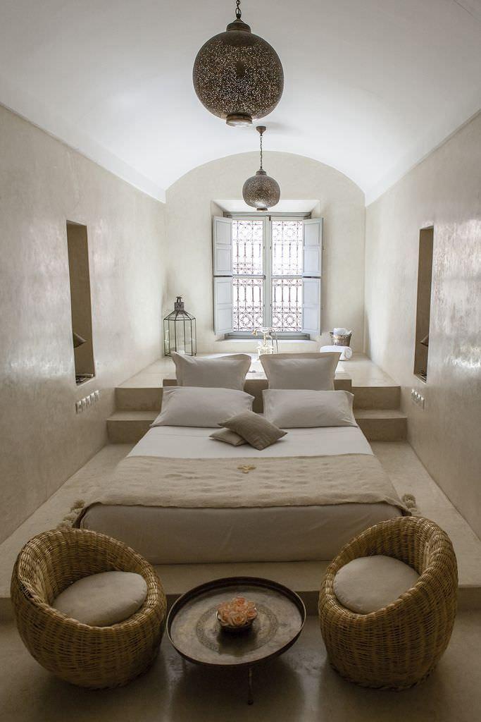 Дизайн узкой спальни в восточном стиле