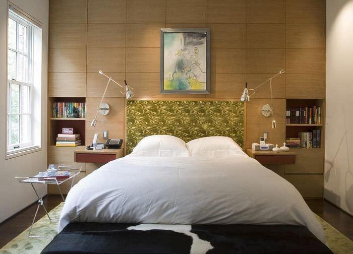 Белое постельное белье на кровати в супружеской спальне