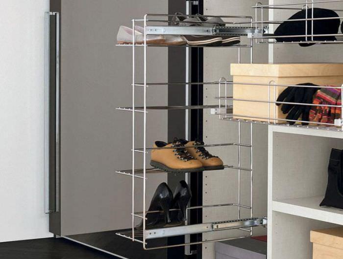 Летние ботинки на проволочной полке шкафа