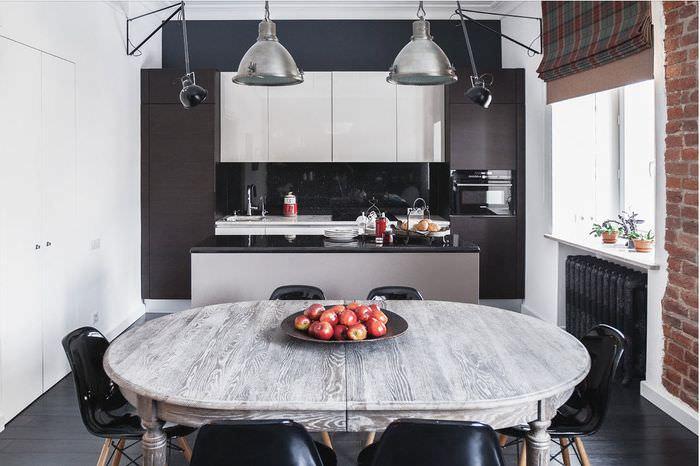 Белые шкафы на черной стене кухни