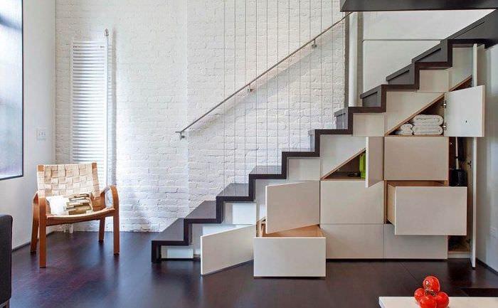 Выдвижные ящики под маршевой лестницей