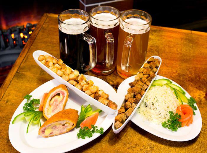 Три кружки пива с закусками