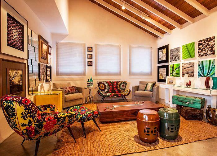Зал со скошенным потолком в частном доме