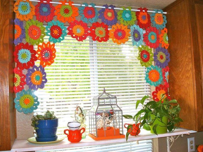 Декорирование окна кухни разноцветными салфетками из ниток