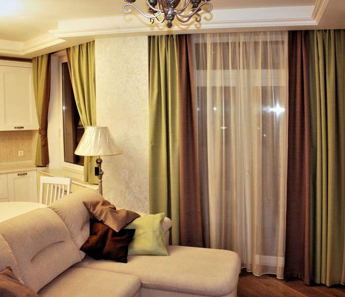 Сочетание зеленых и коричневых штор на одном окне