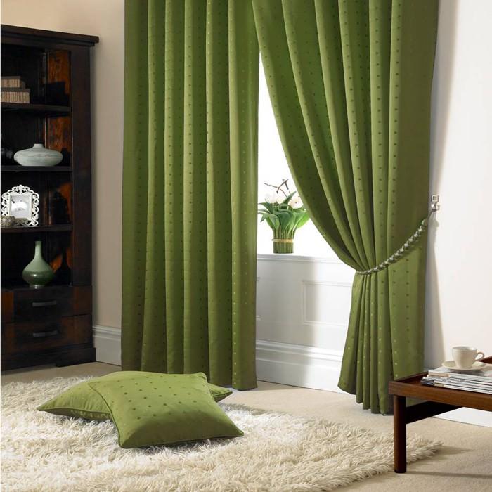 Темно-зеленые подушки на сером ковре