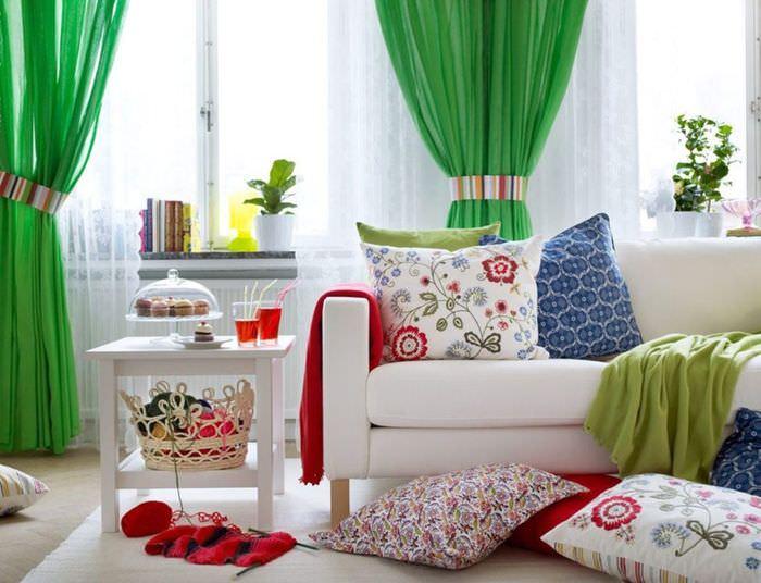 Белая мебель в комнате с зелеными занавесками