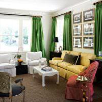 Белые кресла и желтый диван