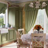 Люстра с фарфоровыми плафонами над обеденным столом