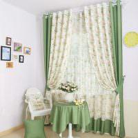 Кофейный столик с зеленой скатертью