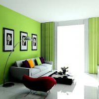 Зеленая стена за диваном в гостиной