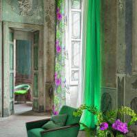 Зеленой кресло в винтажной гостиной