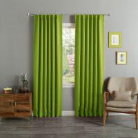 Шторы в гостиной из ярко-зеленой ткани