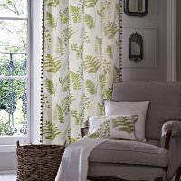 Белые шторы с зелеными веточками