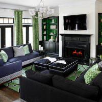 Сочетание зеленых штор с темно-синей мебелью