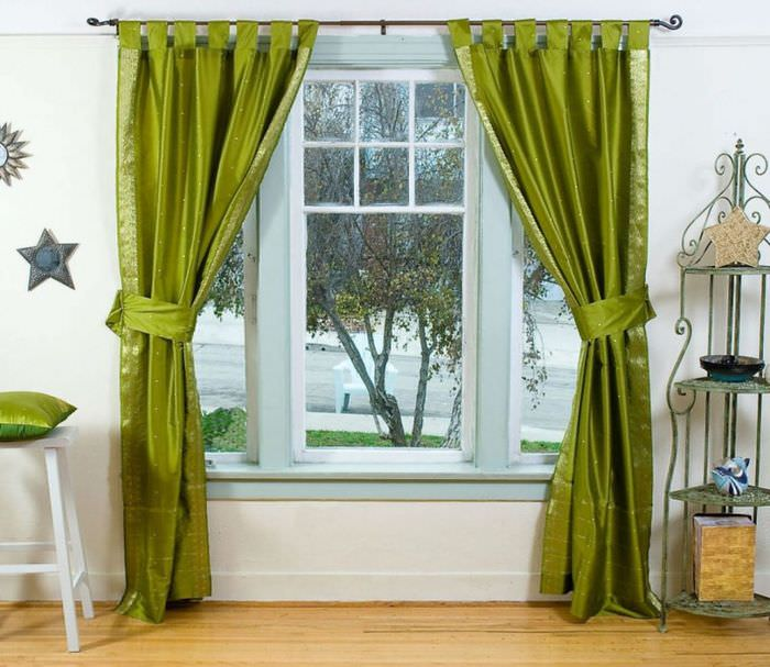 Атласные шторы темно-зеленого цвета