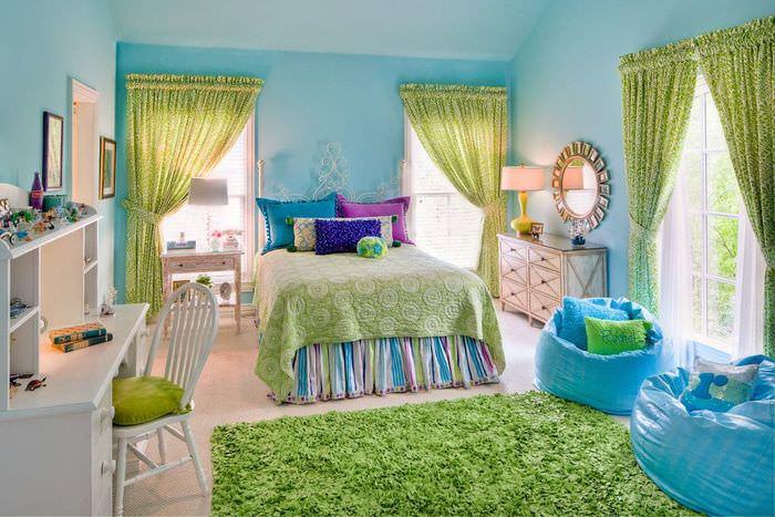 Зеленые занавески в интерьере детской комнаты