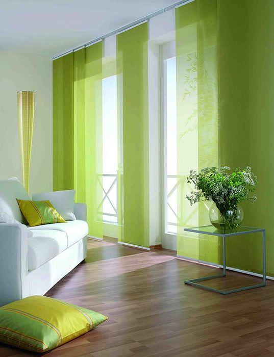 Гостиная в стиле минимализма с зелеными занавесками