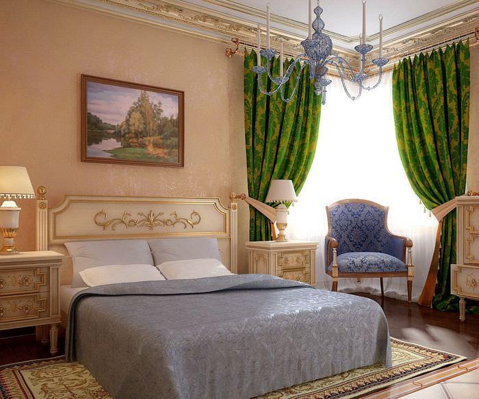 Спальня в классическом стиле с зелеными шторами