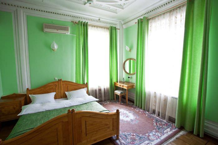 Зеленые стены и шторы в интерьере взрослой спальни