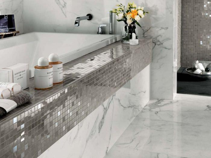 Использование мозаики с зеркальной поверхностью в ванной