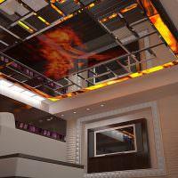 Зеркальное панно на двухуровневом потолке гостиной в стиле хай-тек
