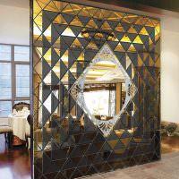 Декоративная перегородка из зеркальных блоков