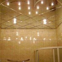 Зеркальный потолок в интерьере ванной комнаты