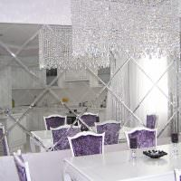 Хрустальная люстра на потолке кухни-гостиной