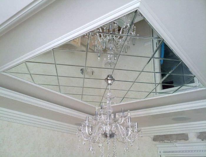 Стеклянная люстра на потолке с зеркальной плиткой