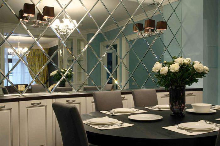 Отделка стены в обеденной зоне зеркальной плиткой