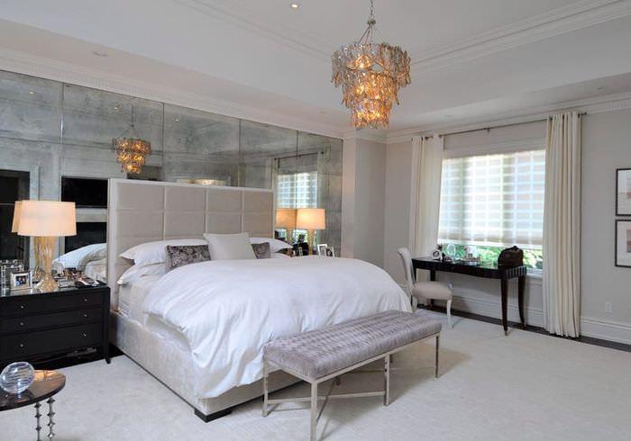 Декорирование стены в спальне зеркальной плиткой крупного формата