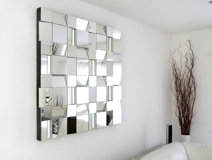 Панно на стене из прямоугольной зеркальной плитки
