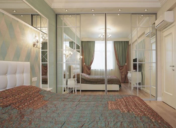 Зеркальный шкаф-купе в узкой спальной комнате