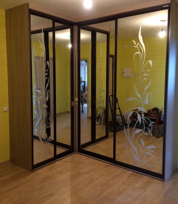 Г-образный шкаф-купе с зеркальными фасадами