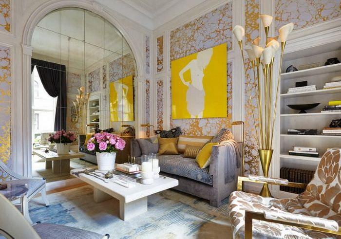 Оформление акцентной стены комнаты с помощью зеркальной плитки