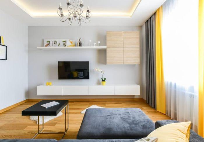 Сочетание желтых и серых штор на одном окне зала