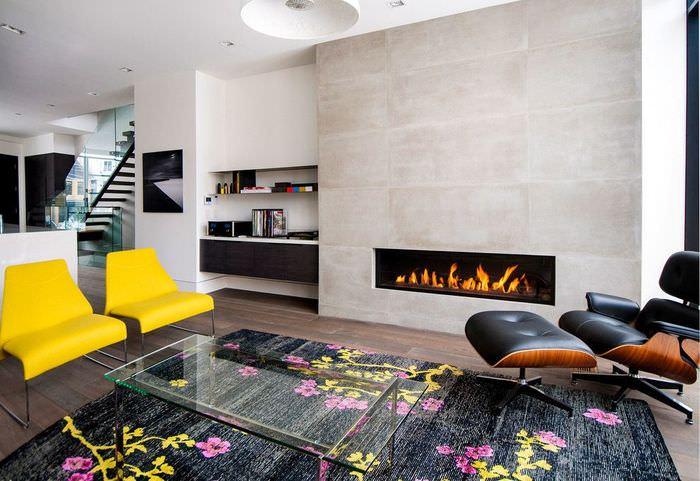 Желтые стулья в интерьере современной гостиной