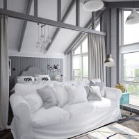 Мягкий диван с белой обивкой