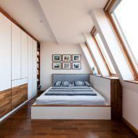 Встроенные шкафы с белыми дверцами