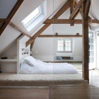 Белая кровать на деревянном полу